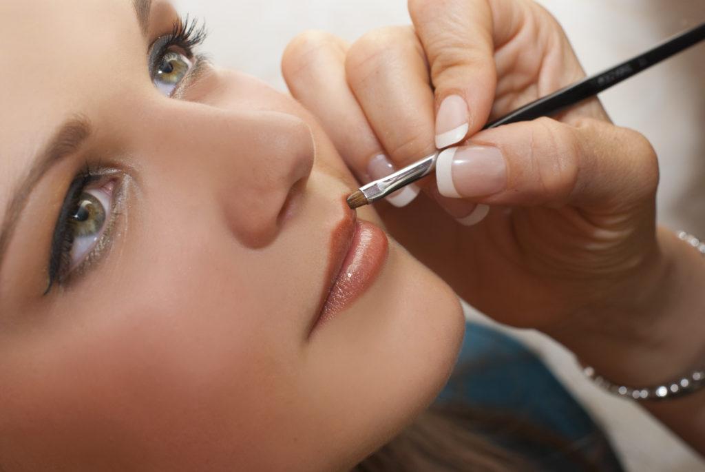 atelier-maquillage-portrait-dune-ado-se-faisant-maquiller